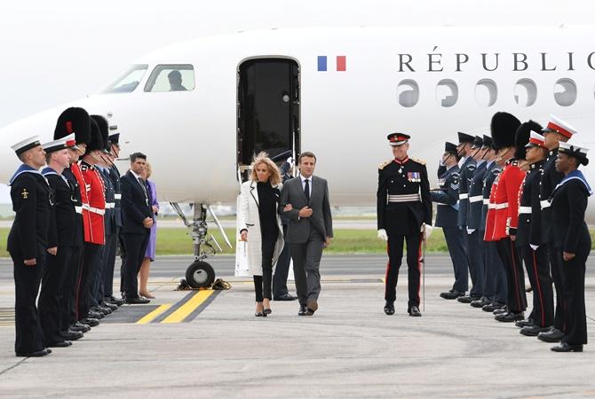 Брижит Макрон прилетела на саммит G7 в эксклюзивном пальто от Chanel