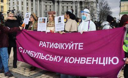 Спасут от феминизма: участниц женского марша в Киеве забросали надувными кругами