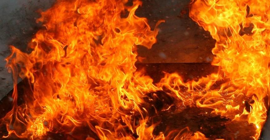 На Донетчине ликвидировали масштабный пожар в заброшенном здании