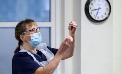 Прививки от коронавируса уже получили более 17 тысяч украинцев
