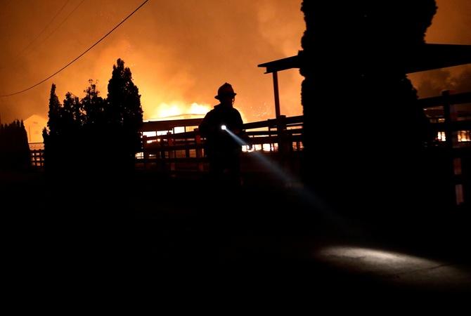 В Калифорнии объявлено ЧП: 180 тысяч человек эвакуировали, миллион остались без электричества