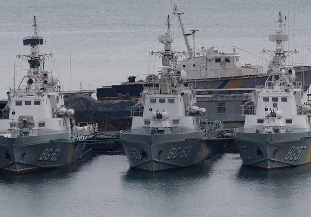 Россия начала буксировку украинских кораблей в Украину