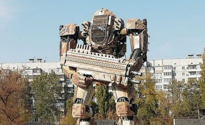 Скафандр, робот или автобот: Жители Донецка спорят о новой композиции (Фото)