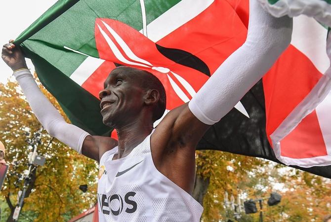 Кениец установил мировой рекорд в марафоне на 42 километра