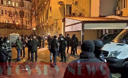 Полиция задержала автобус у офиса ОПЗЖ: в нем — подозреваемые в инциденте со стрельбой в Киеве