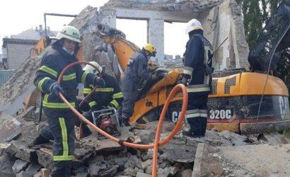 В Киеве плита здания упала на экскаватор: погиб рабочий