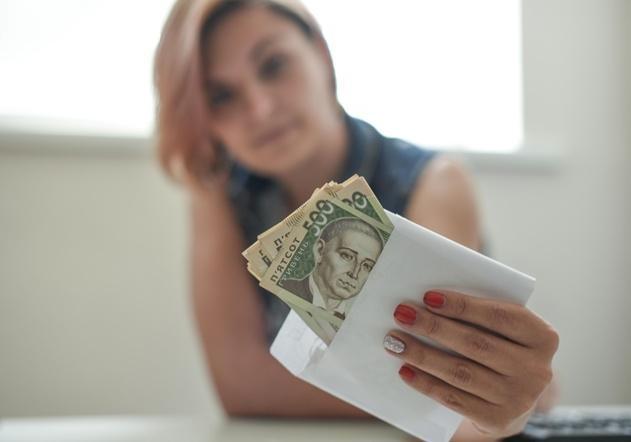 Почти половина украинцев продолжает получать зарплаты в конвертах