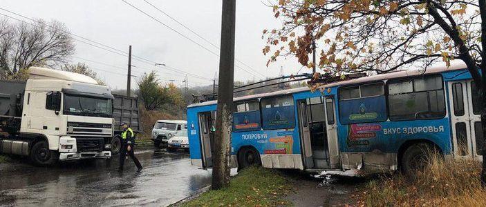 В Горловке фура врезалась в троллейбус (Фото)