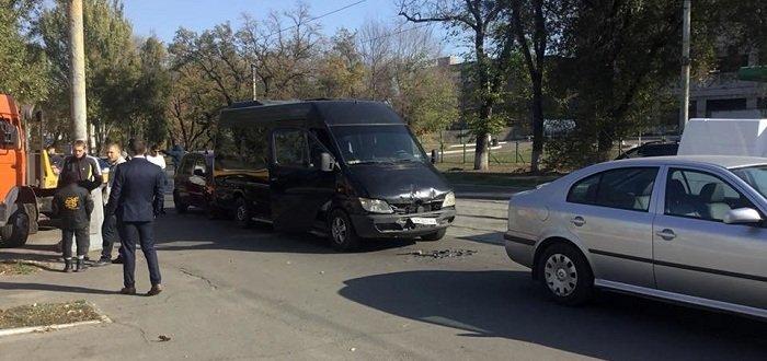 Три автомобиля и микроавтобус с детьми: В Мариуполе произошло ДТП (Фото)