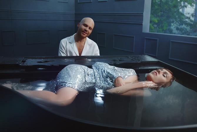 Певице Alyosha пришлось пять часов пролежать в рояле, наполненном водой