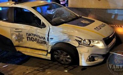 Во Львове внедорожник сбил полицейское авто, сопровождавшее младенца в больницу