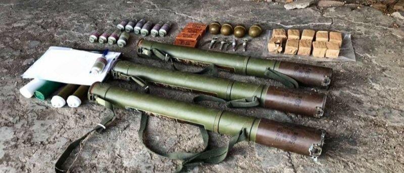 В подвале жилого дома: В Чермалыке нашли схрон с гранатометами и сотнями патронов