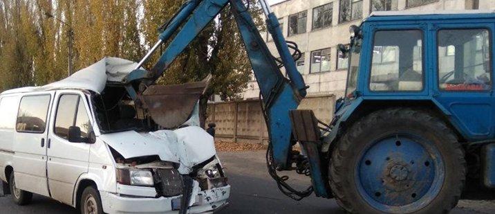 В Рубежном Ford Transit врезался в трактор: Госпитализированы два человека (Фото)