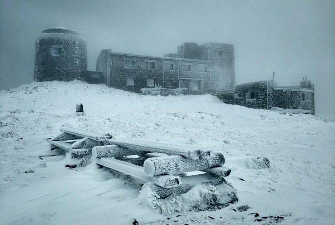 В Украину идет тепло, а пока запад завалило снегом