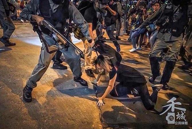 На протестах в Гонконге полицейского ранили стрелой