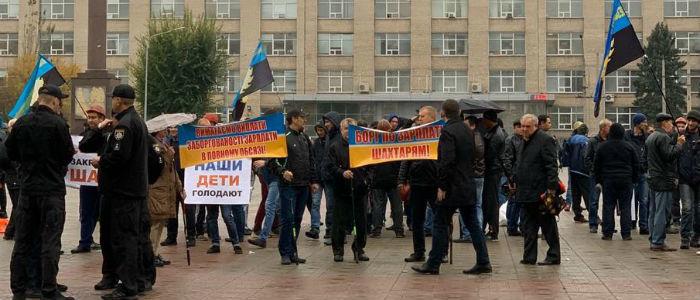 Протесты шахтеров на Луганщине: Горняки встретились с губернатором (Фото)