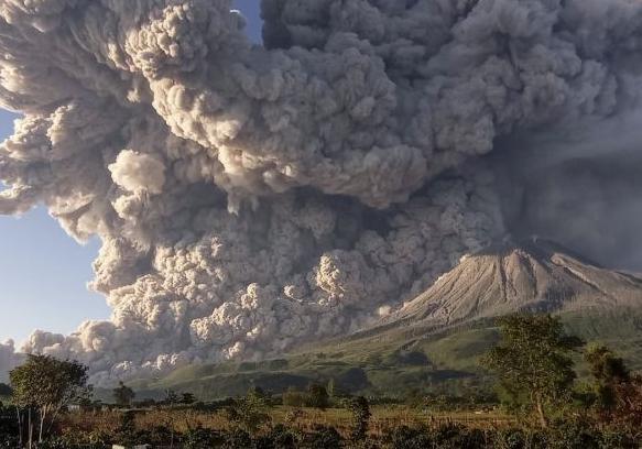Начало извержения вулкана Синабунг попало на видео