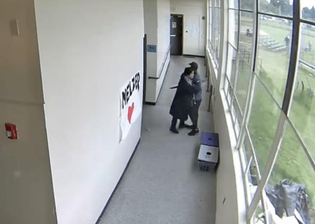 В США тренер сумел предотвратить бойню в школе, обняв вооруженного ученика