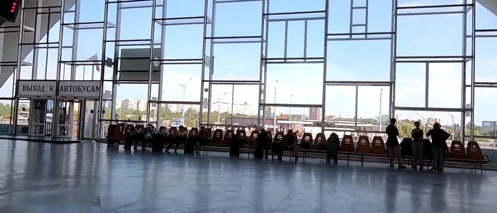 Напомнил Африку: Россиянин показал, во что превратился железнодорожный вокзал в Луганске (Фото)