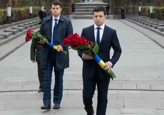 Зеленский с Разумковым возложили цветы к могиле Неизвестного солдата