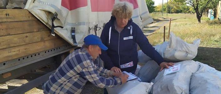 В домах будет тепло: Благотворители раздали жителям прифронтовой зоны топливные брикеты (Фото)