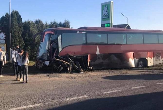 На Львовщине легковушка протаранила туристический автобус