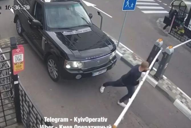 В Киеве водитель Range Rover сломал шлагбаум, мешающий ему проехать