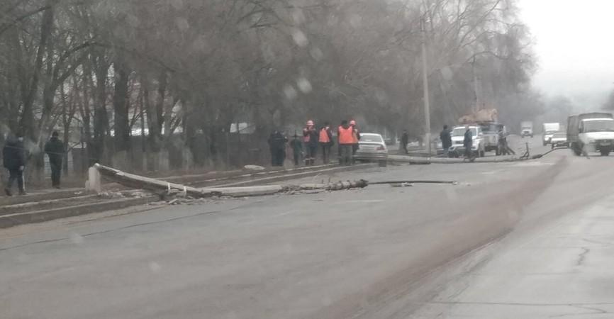В Луганске мужчина на BMW снес два бетонных столба (Фото)