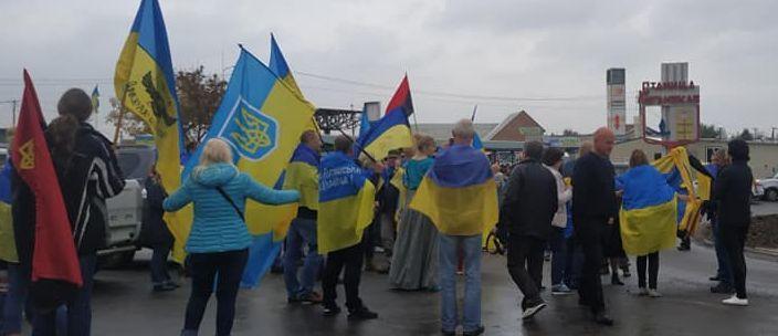 Возле КПВВ «Станица Луганская» протестовали против разведения сил и средств и исполнили гимн (Фото, видео)
