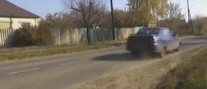 Опасная дорога в школу: В Дмитровке дети рискуют оказаться под колесами авто (Видео)