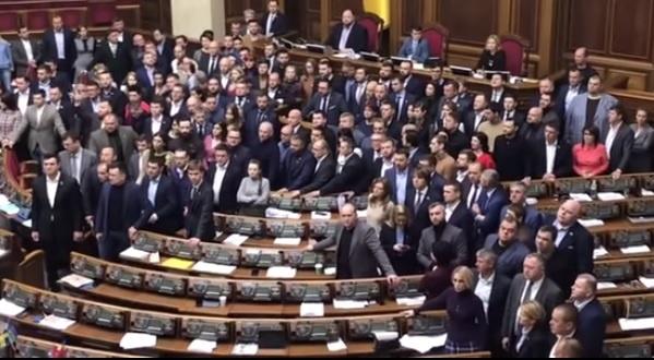 Фракция «Слуга народа» впервые заблокировала трибуну в Раде из-за депутата Фединой