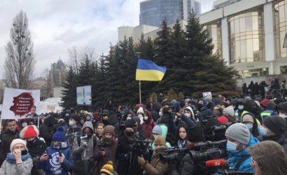 Под «Президент отель» в Киеве, где проходит съезд судей, пришли сторонники Стерненко