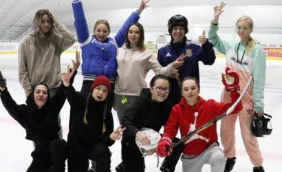 В Мариуполе переселенка из Донецка собрала женскую команду по хоккею