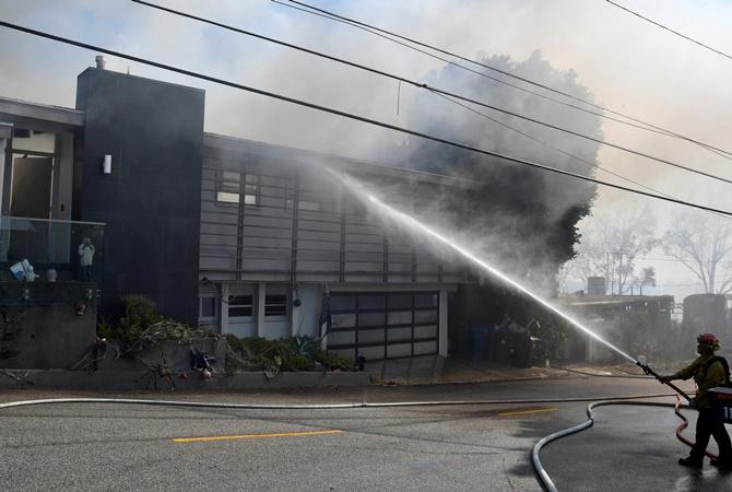Пожар в Калифорнии: Американские звезды вынуждены покинуть свои дома
