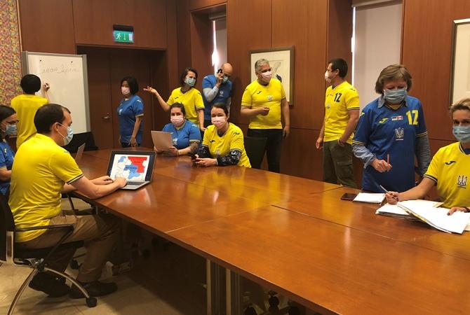 В канадском посольстве «ввели» новый дресс-код в виде новой формы сборной Украины