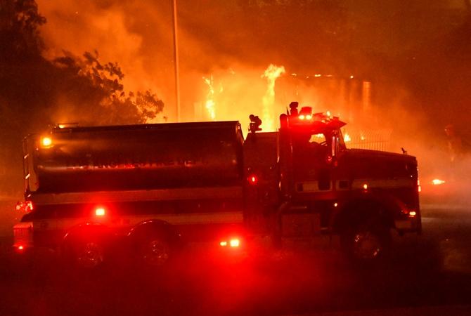 В Калифорнии эвакуируют 100 тысяч человек из-за лесных пожаров, стремящихся к Лос-Анджелесу