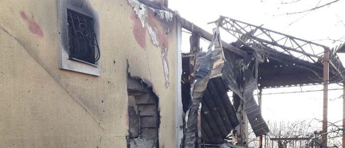 Обстрел поселка у Авдеевки: Что осталось от жилого дома (Фото)