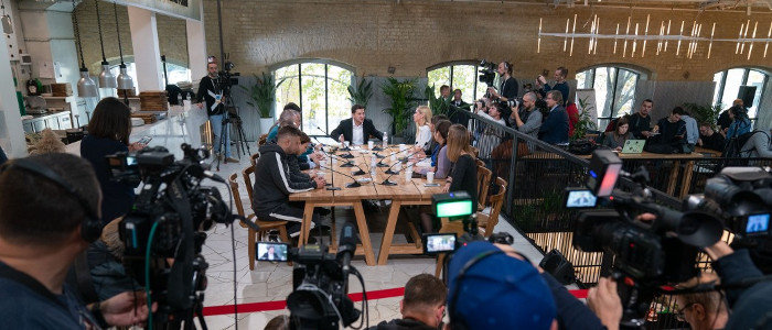Минские соглашения: Зеленский рассказал о том, что ему приходится «садиться на шпагат»