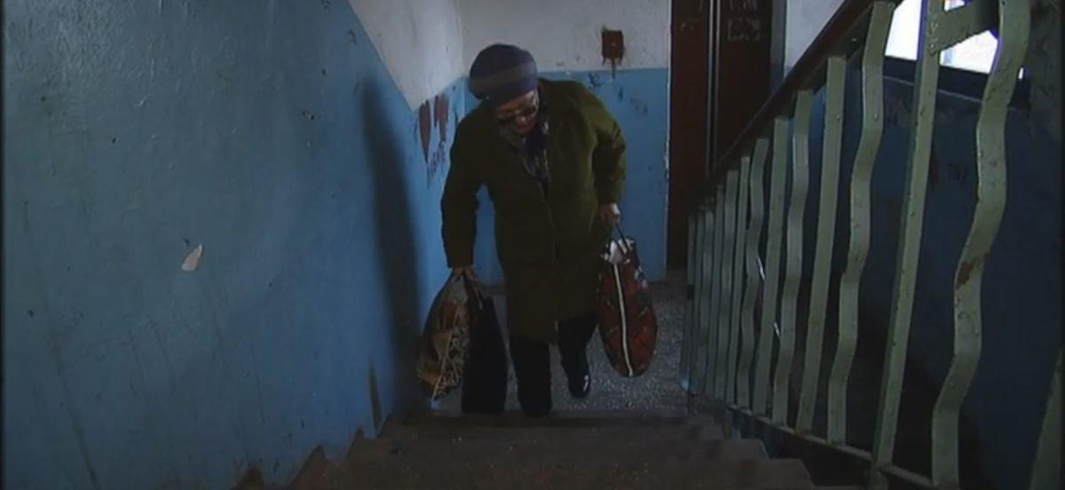 Некоторые не выходят из квартир: В Мариуполе жильцы многоэтажки год живут без лифта (Видео)