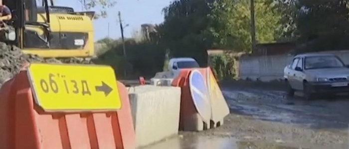 В Покровске на проблемной дороге ограничили движение транспорта (Видео)