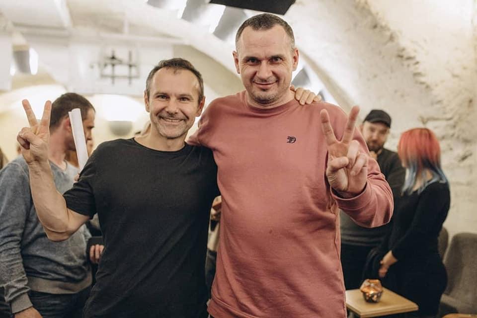 Вакарчук устроил концерт для Сенцова и других освобожденных при обмене