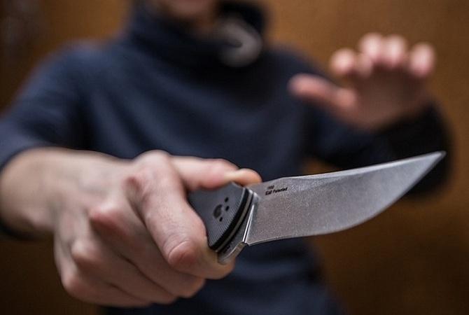 Во Львове мужчина получил удар ножом в грудь в трамвае