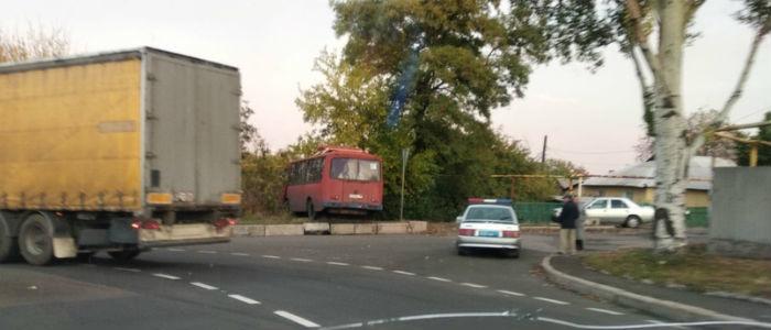 Отказали тормоза: В Донецке автобус с людьми вылетел с трассы, есть пострадавшие (Фото)