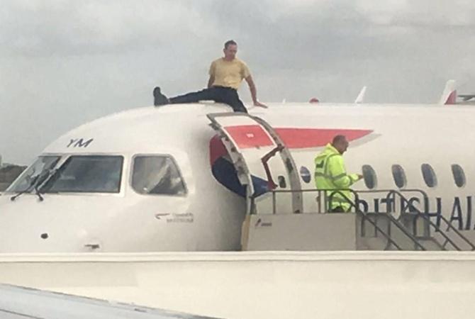 В аэропорту Лондона экоактивист вылез на крышу самолета