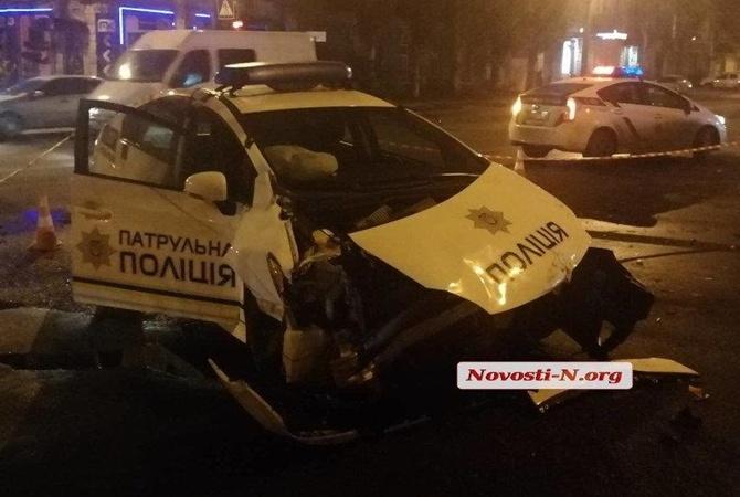 В Николаеве полицейский «Приус» врезался в микроавтобус