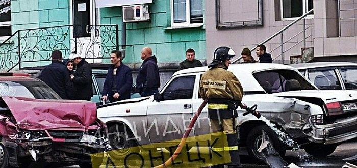 В центре Донецка столкнулись два автомобиля (Фото)