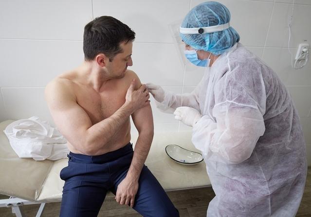 Зеленский потребовал ко Дню Независимости вакцинировать большинство украинцев