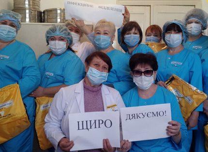 Фонд Рината Ахметова предоставил ковид-медикам 1500 комплектов комфортной медодежды