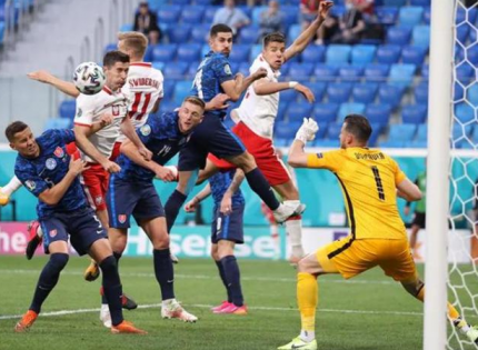 Словакия обыграла Польшу в матче с автоголом и первым на Евро-2020 удалением