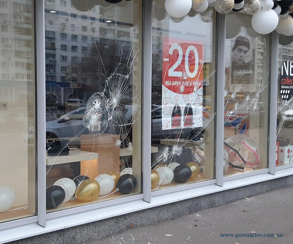 СМИ: в Киеве стреляли в обувной магазин